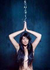 water-spa 05/Mädchen meditiert unter Wasserstrahl