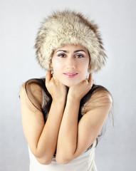 Młoda dziewczyna, której jest zimno