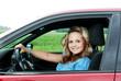 Junge hübsche Frau im Auto glücklich
