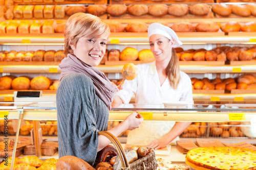 Verkäuferin mit Kundin in einer Bäckerei - 45154564