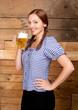 Hübsche junge Frau mit Bierkrug in der Hand
