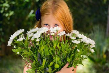 Девочка с букетом белых цветов