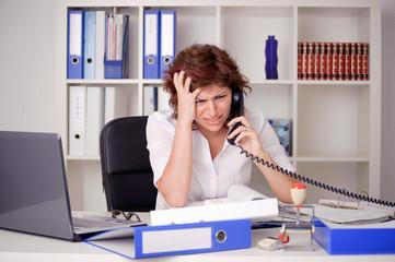 Gestresste junge Frau am Telefon