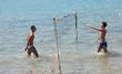 ragazzi giocano a pallavolo in mare