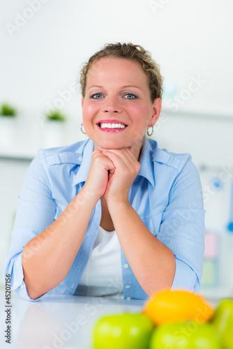 glückliche hausfrau