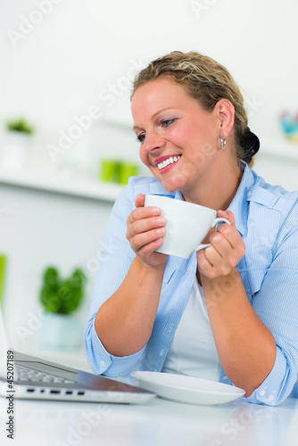 hausfrau chattet entspannt