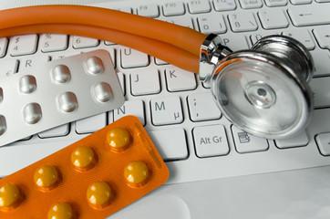 Helle Tastatur, Tabletten und Stethoskop