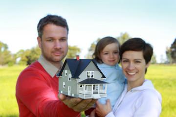 Eine junge Familie mit einem Eigenheim