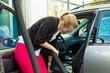 Junge Frau staubsaugt Auto