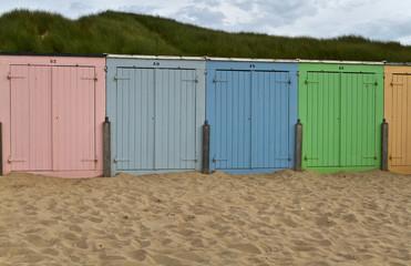 farbenfrohe Badehäuschen am Strand