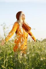 Hübsche blonde Frau in der Natur