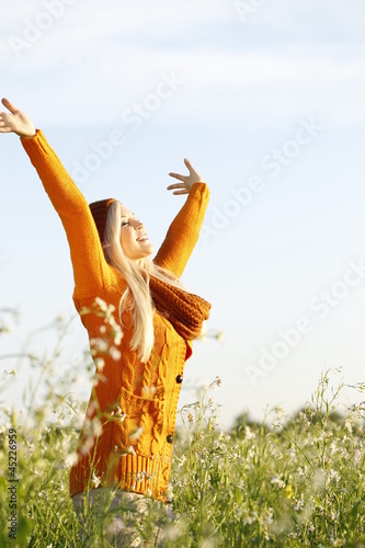 canvas print picture Hübsche blonde Frau in der Natur