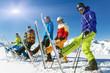 Leinwanddruck Bild - Gruppe Skifahrer mit Ski hoch