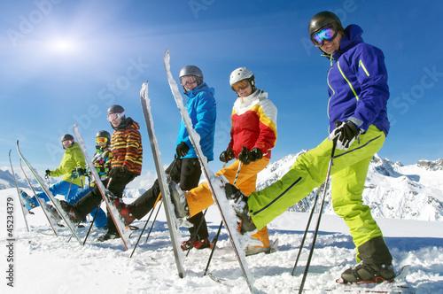 Gruppe Skifahrer mit Ski hoch - 45234379