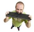 Homme mordant son clavier d'ordinateur