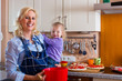 Familie - Mutter und Kind backen Pizza