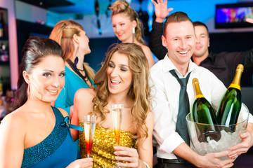 Leute in Club oder Bar trinken Champagner