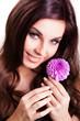 attraktive brünette junge Frau mit Blume