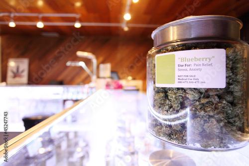 In de dag Planten Medical marijuana in large jar