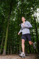 junger jogger im wald
