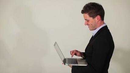 Homme travaillant sur son portable