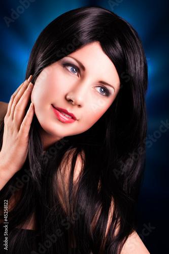 attraktive schwarzhaarige Frau