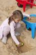 Dziewczynka w piaskownicy