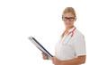 Blonde Ärztin mit Patientenakte
