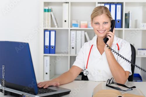 Nette Ärztin berät am Telefon