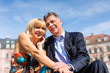 Älteres Paar im Frühling in der Stadt
