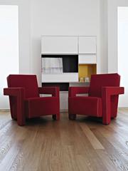due moderne poltrone rosse in soggiorno col parquet