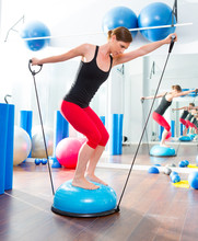 Bosu Ball für Fitness-Instruktor Frau in Aerobic