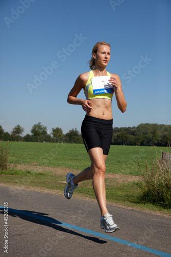 Attraktive junge Frau beim Marathon