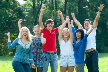jubelnde gruppe junger leute
