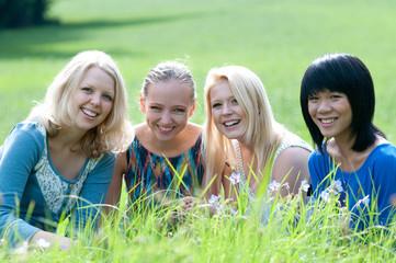 vier internationale freundinnen im gras