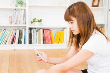スマートフォンを見る女性
