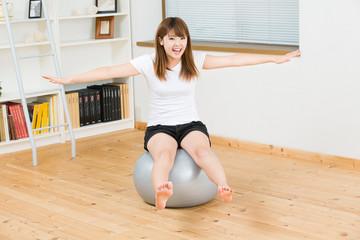 バランスボールをする女性