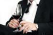 Geschäfsmann mit Zigarre und Weinglas
