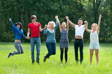 jubelnde und springende gruppe junger leute