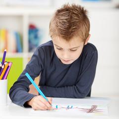 konzentrierter junge malt ein bild
