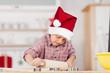 süßer junge backt weihnachtsplätzchen