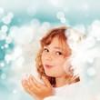 blonder Engel mit blauem Hintergrund und Schneeflocken