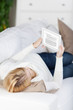 entspannte frau liest ein ebook