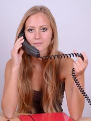 frau im büro beim telefonieren