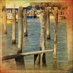 Laguna di Venezia, pali di legno per attracco