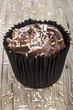 cup cake mit Schokolade Buttercreme und bunten Zuckerperlen