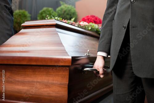 Leinwanddruck Bild Beerdigung mit Sarg