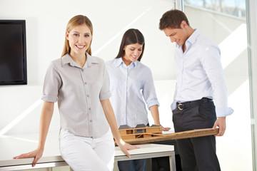 Architektin mit ihrem Team