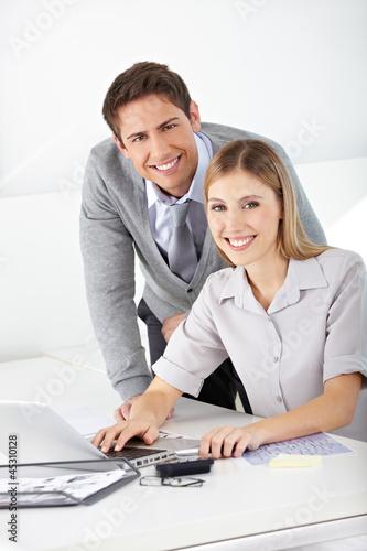 Mann und Frau gemeinsam am Laptop