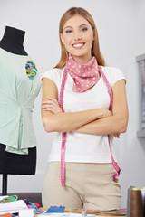Modedesignerin neben Schneiderpuppe